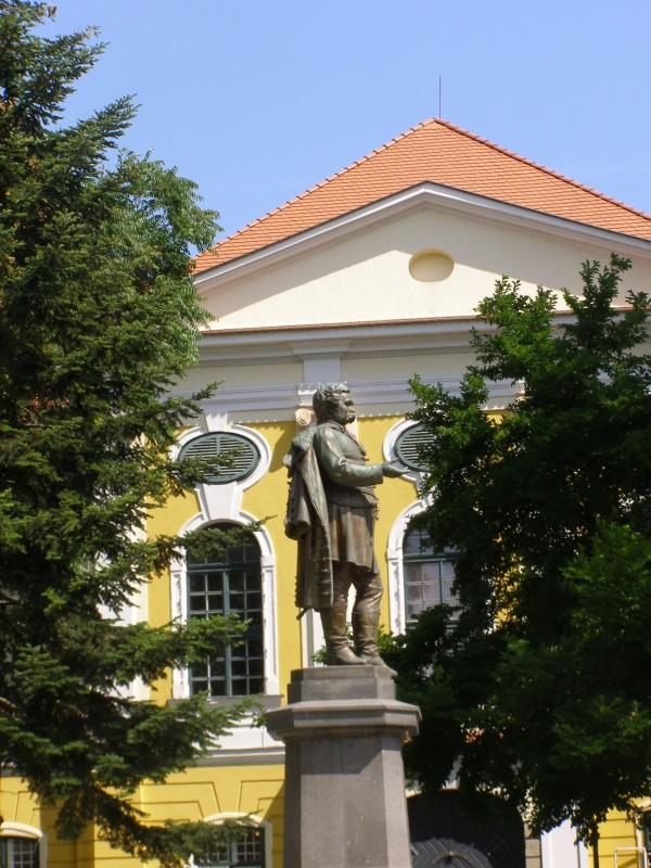 Az első Deák Ferenc szobor