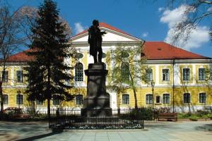 Deák tér, Deák Ferenc szobra, háttérben a Zala Megyei Bíróság épülete